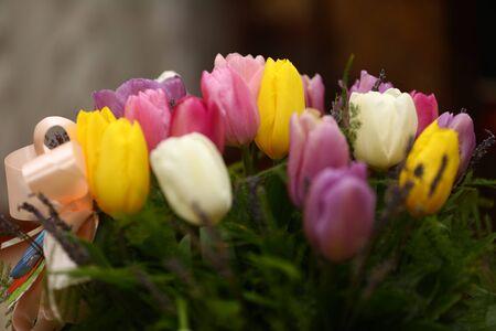 花の束。美しい紫のチューリップの花の背景色。 写真素材 - 76729543