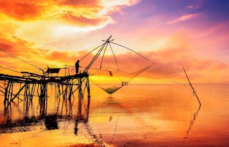 medias de red: Silueta del pescador en medias de red Foto de archivo