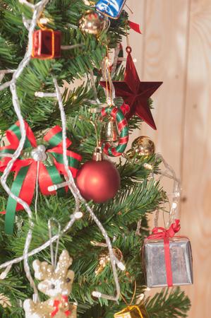 Weihnachtsbaum und Kamin mit schönen Hintergrund Standard-Bild