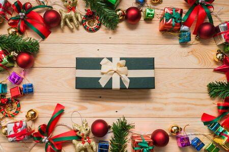 Geschenk-Box verspotten mit Weihnachtsdekorationen für App-Präsentation auf. Blick von oben Standard-Bild