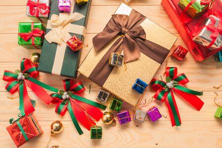 Weihnachtsgeschenk-Boxen mit Dekorationen