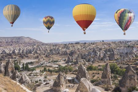 Heißluftballons fliegen über spektakuläre Kappadokien