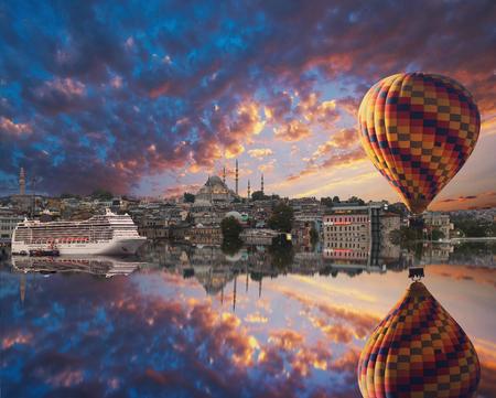 Stadtbild mit dem Galata-Turm, das Goldene Horn und Ballon in Istanbul, Türkei