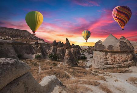 Heißluftballons fliegen über Kappadokien.