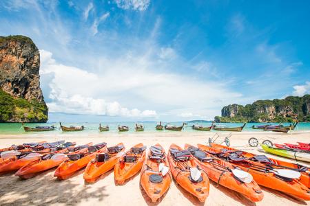 Kajaks auf dem tropischen Strand, Thailand