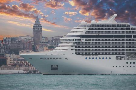 Galata-Turm und Schiff in Istanbul Türkei