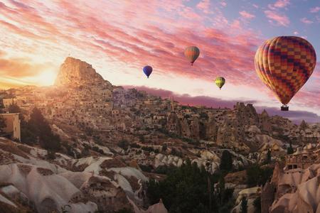 Heißluftballons fliegen über goreme kappadokien.