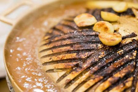 quemado: Pan quemado. termina de comer