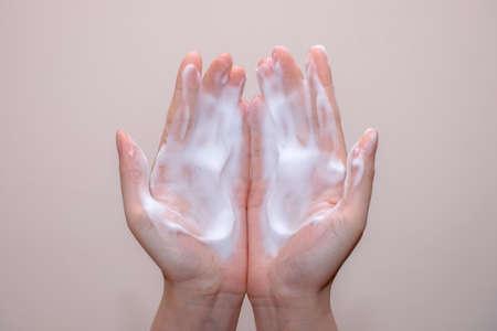 jabon liquido: Las mujeres lavan las manos con jabón de espuma, bonito fondo suave Foto de archivo