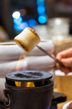 Roosteren marshmallows boven open haard