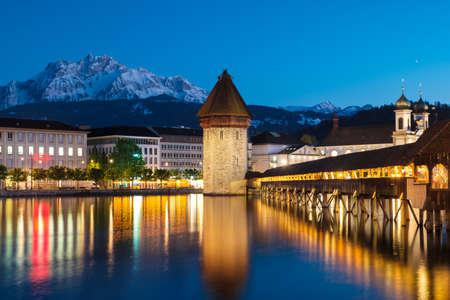 Historische centrum van Luzern stad met beroemde kapel Bridge en het meer van Luzern (Vierwaldstatersee), kanton Luzern, Zwitserland