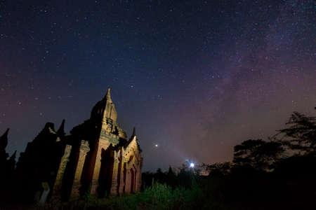 Melkweg met landmark pagode in Bagan, Myanmar