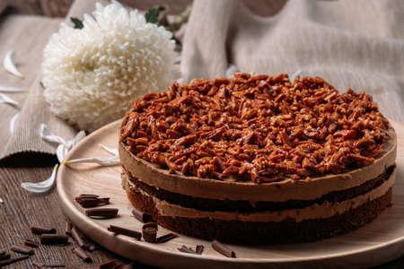 zoete zelfgemaakte amandel cake in houten plaat met witte bloem