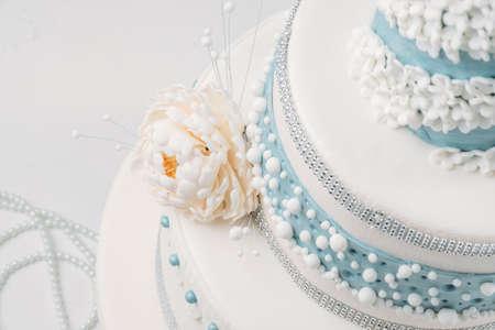 Mooie bruidstaart, close-up van de taart en onscherpe achtergrond, selectieve aandacht.