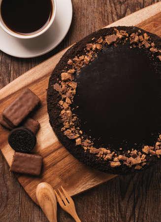 Smakelijke chocolade die cake op houten lijst berijpen