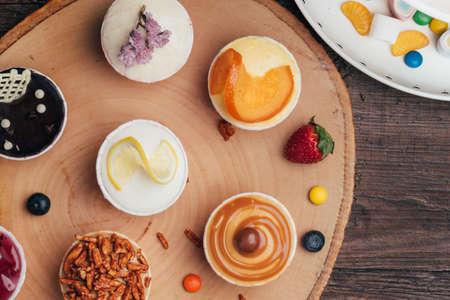 Heerlijke cupcakes met bessen op witte lijst, hoogste mening