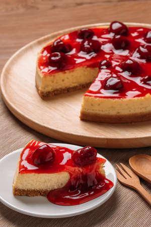 Heerlijke zelfgemaakte cheesecake met aardbeien op houten tafel.