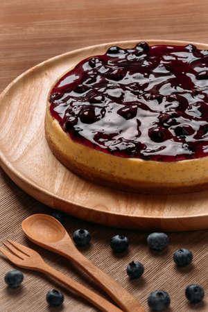 Heerlijke zelfgemaakte cheesecake met bosbessen op witte houten tafel. Stockfoto