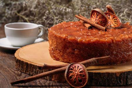 matoom cake met matoom, en cinamooon een donkere houten achtergrond. verven. selectieve aandacht