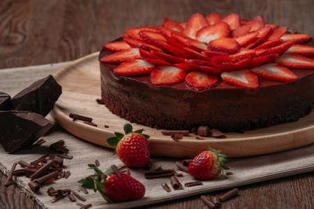 Chocolade taart met aardbeien op houten tafel close-up