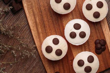 Chocolade cupcakes met chocoladeschilfer op een houten oppervlakte Hoogste mening