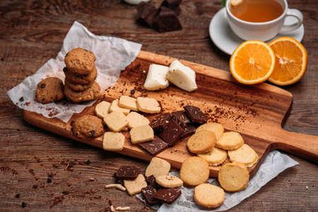 Close-up van een groep van geassorteerde cookies. Chocolate chip, havermout rozijnen, witte chocolade vullen het frame.