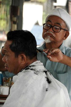 coupe de cheveux homme: Barber traditionnel (couleur d�satur�e) Banque d'images