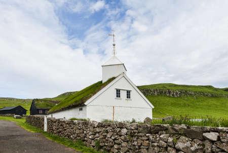 Kleine Dorfkirche in Mykines auf den Färöern Standard-Bild - 21612266