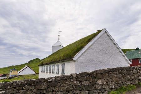Kleine Dorfkirche in Mykines auf den Färöern Standard-Bild - 21612268