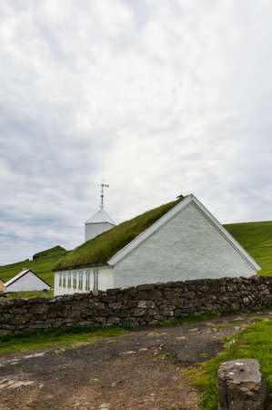 Kleine Dorfkirche in Mykines auf den Färöern Standard-Bild - 21612270