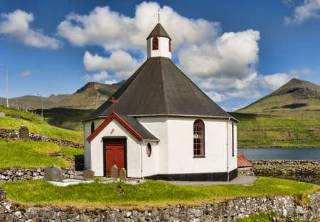 Kleine Dorfkirche in Haldorsvik auf den Färöern Standard-Bild - 21612702