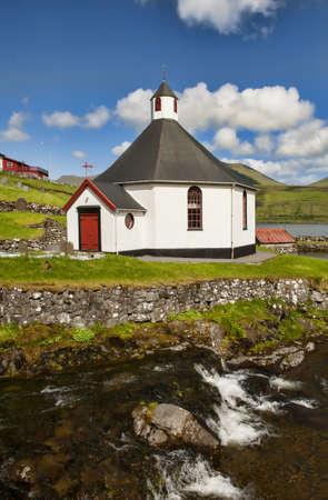 Kleine Dorfkirche in Haldorsvik auf den Färöern Standard-Bild - 21612727