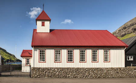 Kleine Dorfkirche in Tjornuvik auf den Färöern Standard-Bild - 21612790
