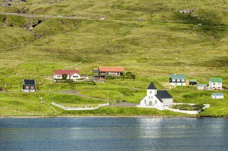 Kleine Dorfkirche in Nordskala auf den Färöern Standard-Bild - 21613004