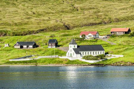 Kleine Dorfkirche in Nordskala auf den Färöern Standard-Bild - 21613006