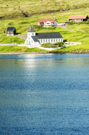 Kleine Dorfkirche in Nordskala auf den Färöern Standard-Bild - 21613007