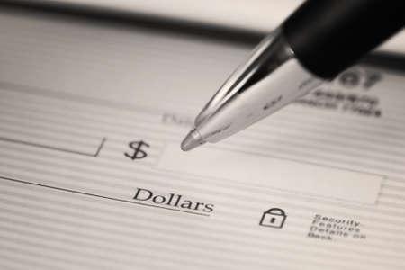 cheque en blanco: Cerca de la pluma de rellenar un cheque en blanco