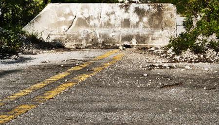 Doodlopende afgelegen weg of straat met een betonnen barrière voor het autoverkeer te voorkomen