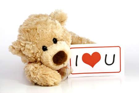 teddy bear: Lindo osito de peluche marr�n peludo que se establecen la celebraci�n de un Te Quiero firmar aislado sobre fondo blanco con copia espacio