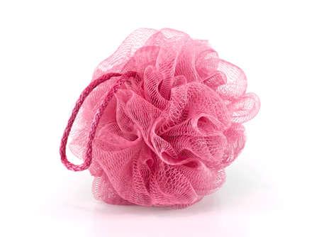aseo personal: Soplo suave o una esponja de ba�o de color rosa aisladas sobre fondo blanco, con copia espacio