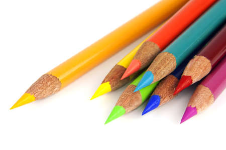 przybory szkolne: Zestaw tÄ™tniÄ…cego życiem tÄ™czy kolorowe kredki na biaÅ'ym tle Zdjęcie Seryjne