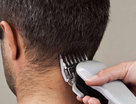 coupe de cheveux homme: L'homme se couper les cheveux par un coiffeur.