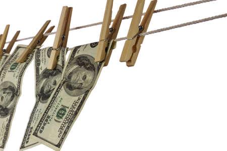 launder: Dinero que cuelga en una cuerda aislada en el fondo blanco, con copia espacio