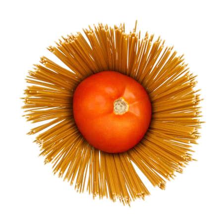 angel hair: Composici�n abstracta de tomate en el cabello seco pastas �ngel espaguetis sobre fondo blanco.