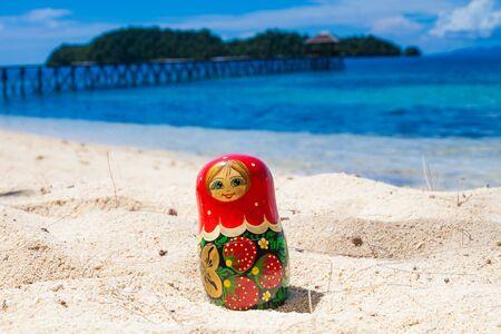 mu�ecas rusas: Photo Russian Dolls Matrioshka Untouched Tropical Beach in Bali Island. Horizontal Picture. Blurred Background. Closeup
