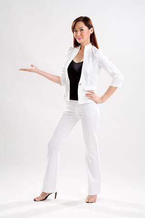mano derecha: j�venes ejecutivos de empresas que muestran algo en su mano derecha llevaba una espalda y parte superior blanca y pantalones