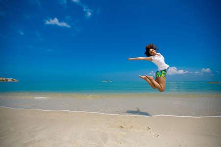 euphoric: giovani bella ragazza felice salto in spiaggia  Archivio Fotografico