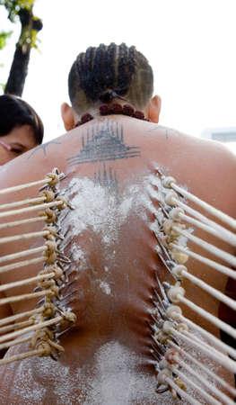 hindues: un devoto de thaipusam con ganchos perforar a través de sus espaldas a sus creencias