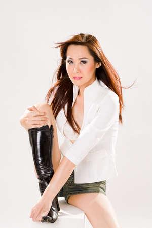 muy sexy mujer valiente en jeans ajustados pantalones cortos y botas altas  Foto de archivo - 2610823