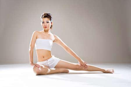 jeunes asiatiques femme assise sur le sol avec une jambe �tendue  Banque d'images - 3199701